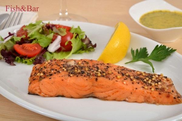 dimiljeni_filet_lososa_sa_zacinskim_biljem_i_salatom_fish_and_bar_beograd