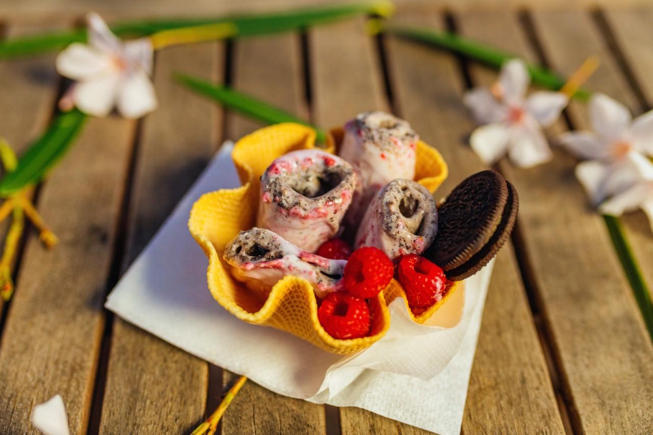 tajlandski_sladoled_ice_rolls_maline_cokoladni_keks_u_kornetu_korpici