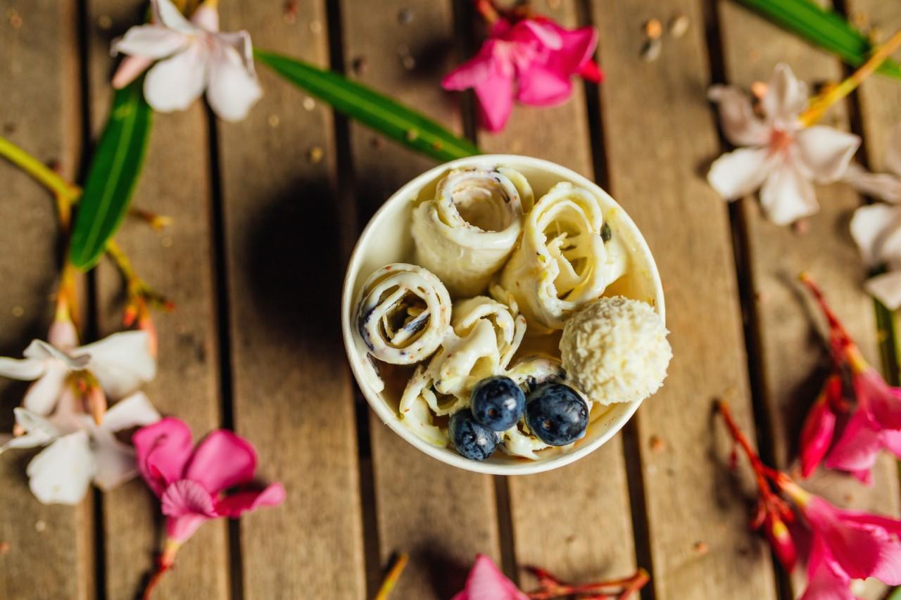 tajlandski_sladoled_ice_rolls_vanila_borovnice_u_casici